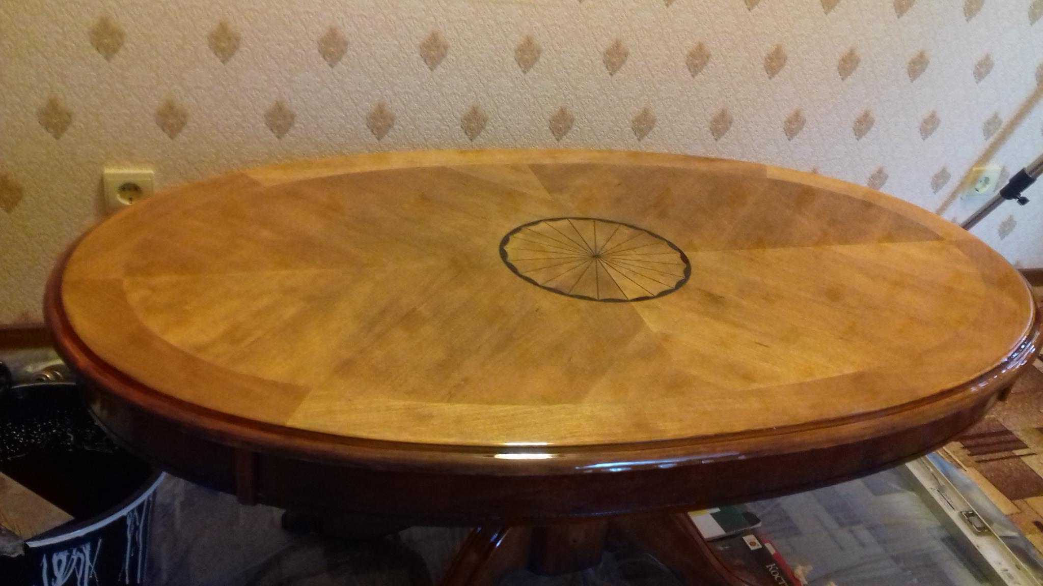 шпонированный стол с эпоксидной глянцевой заливкой