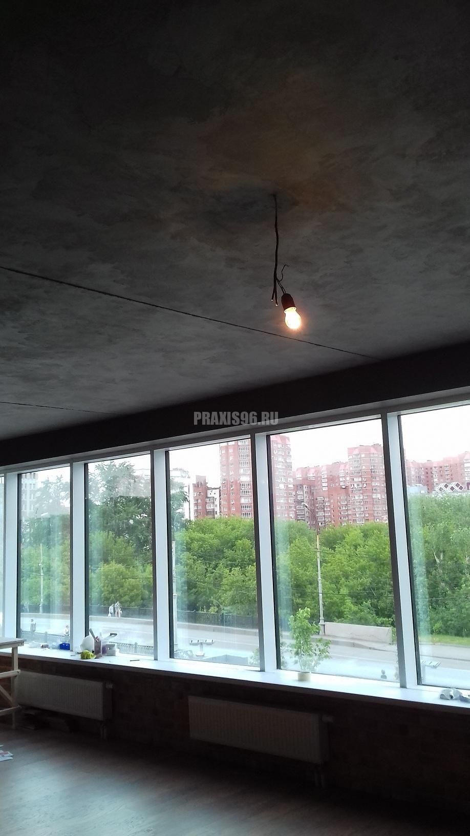 Стены и потолок из микроцемента в квартире