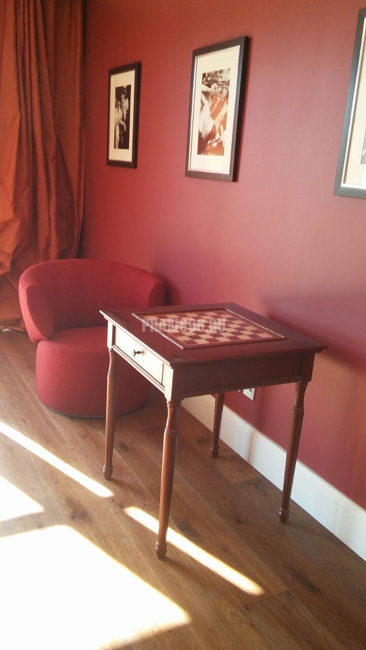шахматный столик с эпоксидной заливкой